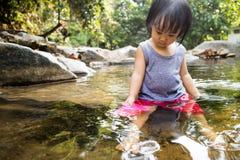 Asiatisk liten kinesisk flicka som spelar i liten vik Royaltyfri Bild
