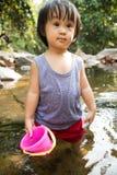 Asiatisk liten kinesisk flicka som spelar i liten vik Royaltyfria Foton