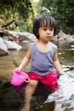 Asiatisk liten kinesisk flicka som spelar i liten vik Arkivbild