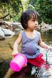 Asiatisk liten kinesisk flicka som spelar i liten vik Royaltyfri Fotografi