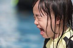 Asiatisk liten kinesisk flickagråt i simbassäng Royaltyfri Fotografi