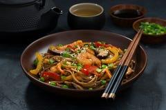 asiatisk lunch Bovetenudlar med skaldjur, closeup royaltyfri fotografi