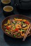 asiatisk lunch Bovetenudlar med skaldjur, lodlinje, closeup royaltyfria bilder