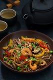 asiatisk lunch Bovetenudlar med skaldjur och grönsaker royaltyfria bilder