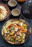 Asiatisk lunch - stekt ris med tofuen och grönsaker, lodlinje royaltyfria foton