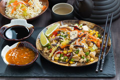 Asiatisk lunch - stekt ris med tofuen och grönsaker som är horisontal arkivbild