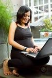 asiatisk lycklig bärbar datorgravid kvinnaworking arkivfoton