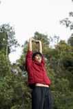 asiatisk lycklig elasticitet för man utomhus royaltyfria bilder