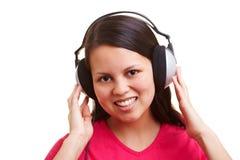 asiatisk lycklig lyssnande kvinna royaltyfria bilder