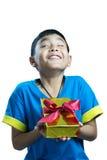 Asiatisk lycklig ungekänsel, när få en gåva med roligt uttryck fotografering för bildbyråer