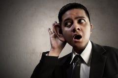 Asiatisk lyssnande information om affärsman arkivbilder