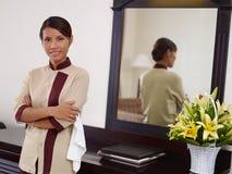 Asiatisk maid som fungerar, i hotellrum och att le arkivfoto