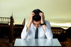 Asiatisk man för affär för sammanträde eller för kanal för affärsman som ledsen sitter ch fotografering för bildbyråer