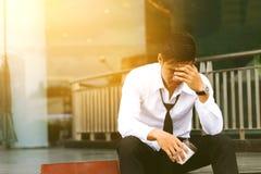 Asiatisk man för affär som sitter det främre företaget, och stressat eller bekymrat Royaltyfria Bilder