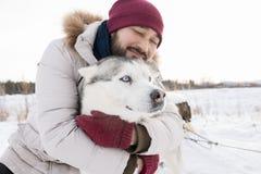 Asiatisk man med att älska husdjuret arkivfoto