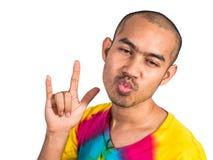 Asiatisk man med den roliga handen för tecken för framsidashowförälskelse Royaltyfri Fotografi