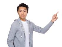 Asiatisk man med fingerpunkt uppåt Royaltyfria Bilder