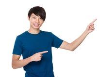 Asiatisk man med fingerpunkt upp Arkivbild
