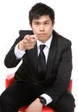Asiatisk man med fingret som framåtriktat pekar Arkivbilder