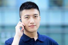 Asiatisk man med mobiltelefonen Royaltyfri Fotografi
