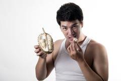 Asiatisk man som äter durianen Arkivfoton