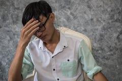 Asiatisk man som bara sitter i huset fotografering för bildbyråer