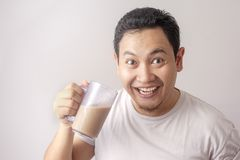Asiatisk man som dricker med is kaffe fotografering för bildbyråer