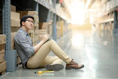 Asiatisk man som gör inventering, genom att använda minnestavlan i lager royaltyfri fotografi