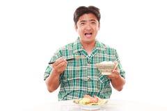 Asiatisk man som har frukosten arkivfoto