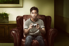 Asiatisk man som spelar leken royaltyfri foto