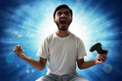 Asiatisk man som spelar videospel fotografering för bildbyråer