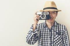 Asiatisk man som tar fotoet på retro kamera arkivbild