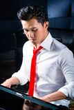 Asiatisk manlig pianist som spelar pianot i inspelningstudio Arkivfoto