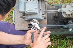 Asiatisk manlig tekniker som fixar vakuummaskinen Royaltyfria Bilder