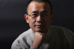 asiatisk manstående Arkivfoto