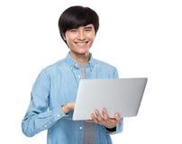 Asiatisk mantyp på bärbar datordatoren Royaltyfria Foton