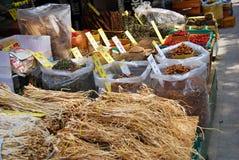 Asiatisk marknad av torkade växter och örter Fotografering för Bildbyråer