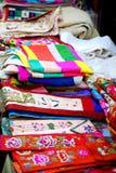 Asiatisk marknad med silke- och linnekläder Arkivbild