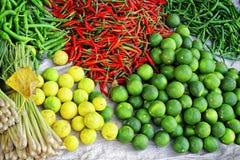 Asiatisk marknad som säljer nya frukt och grönsaker i Vietnam Royaltyfria Bilder