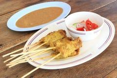 Asiatisk mat - griskött Satay med jordnötsås Arkivfoto