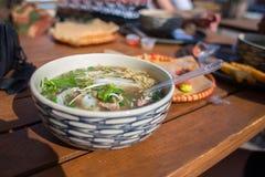 Asiatisk mat i en platta, risnudelsoppa, gatamat Arkivfoto
