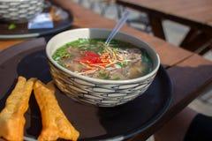 Asiatisk mat i en platta, risnudelsoppa, gatamat i kafé Royaltyfri Fotografi