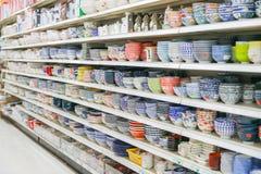 Asiatisk mat marknadsför, den olika porslinbunken på hyllan Arkivbilder