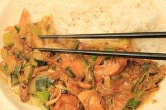 Asiatisk mat med pinnar Arkivbild