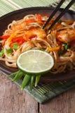 Asiatisk mat: risnudlar med vertikala räka och grönsaker arkivfoton