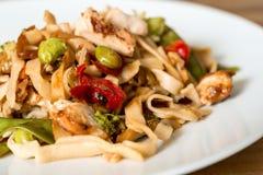 asiatisk mat stekt nudel Arkivfoton