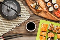 Asiatisk mat, sushirullar, nigiri, maki med soya arkivbilder