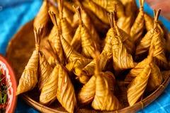 asiatisk mat Thailändska Ketupat Daun Palas (risklimpen) thailand Royaltyfri Fotografi