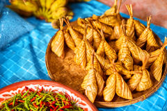 asiatisk mat Thailändska Ketupat Daun Palas (risklimpen) thailand Royaltyfri Bild
