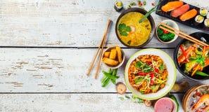Asiatisk mat tjänade som på trätabellen, den bästa sikten, utrymme för text royaltyfria foton